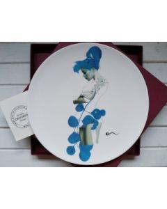 Ornella Micheli, Omnia praeclara rara, piatto in porcellana bone china, diametro 28 cm