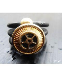 Simona Della Bella, anello L'Uomo di Leonardo, caucciù, ingranaggi e quadrante antico orologio