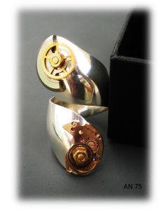 Simona Della Bella, anello Doppio Legame, argento con applicazione di ingranaggi di un orologio antico