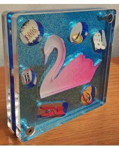 Renzo Nucara, Stratofilm (cigno), Plexiglass, resine, oggetti, 10x10 cm, tratto dalla collezione The Gadget
