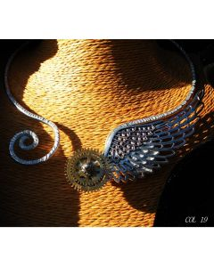Simona Della Bella, collana Dioniso, alluminio lavorato, metallo e due ingranaggi antico orologio