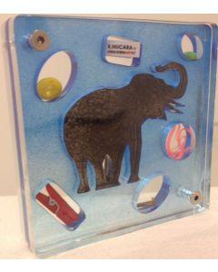Renzo Nucara, Stratofilm (elefante su sfondo blu), Plexiglass, resine, oggetti, 10x10 cm, tratto dalla collezione The Gadget