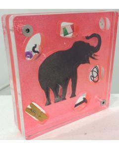 Renzo Nucara, Stratofilm (elefante su sfondo rosso), Plexiglass, resine, oggetti, 10x10 cm, tratto dalla collezione The Gadget