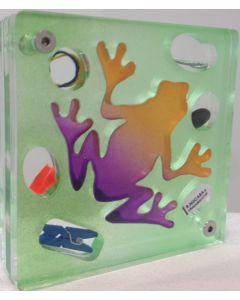 Renzo Nucara, Stratofilm (rana), Plexiglass, resine, oggetti, 10x10 cm, tratto dalla collezione The Gadget