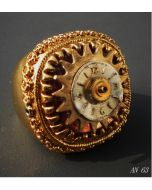 Simona Della Bella, anello L'Età dell'Oro, metallo smaltato con applicazioni di ingranaggi e quadrante antico orologio