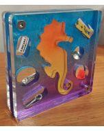 Renzo Nucara, Stratofilm (cavalluccio marino), Plexiglass, resine, oggetti, 10x10 cm, tratto dalla collezione The Gadget