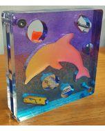 Renzo Nucara, Stratofilm (delfino), Plexiglass, resine, oggetti, 10x10 cm, tratto dalla collezione The Gadget